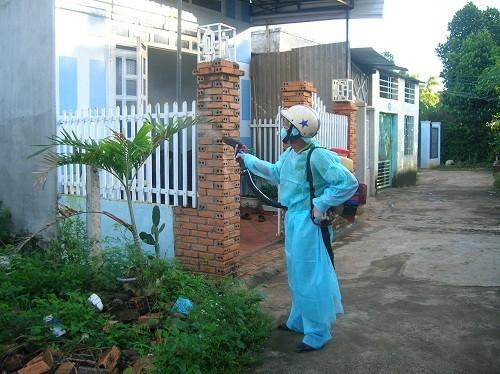 Dùng bình xịt diệt muỗi, hương muỗi, kem xua muỗi, vợt điện diệt muỗi,... để phòng chống muỗi đốt.