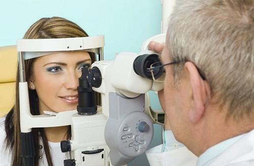 Nhìn thấy hình đôi có thể được gây ra bởi các bệnh về mắt như đục thủy tinh thể hoặc vấn đề ở não như đột quỵ.