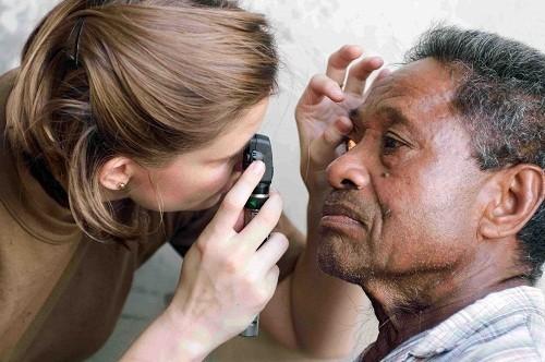 Trước tiên bác sĩ có thể khám lâm sàng để chẩn đoán đau mắt hột.