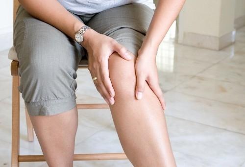 Tràn dịch khớp gối do nhiều nguyên nhân khác nhau như chấn thương, nhiễm khuẩn hoặc bệnh lý.