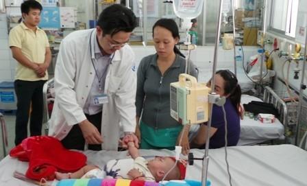 Phụ huynh nên nhận biết sớm các dấu hiệu bệnh để đưa trẻ đi khám và điều trị kịp thời.