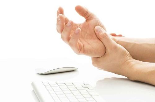 Triệu chứng của đau cổ tay có thể thay đổi tùy thuộc vào nguyên nhân dẫn tới tình trạng này.