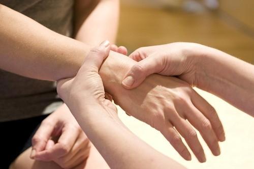 Trong khám lâm sàng, bác sĩ sẽ liểm tra tình trạng cổ tay bị sưng, đau hoặc biến dạng như thế nào.