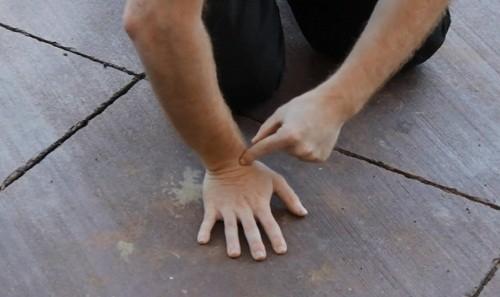 Chấn thương cổ tay thường xảy ra khi đột ngột bị ngã chống tay xuống đất.