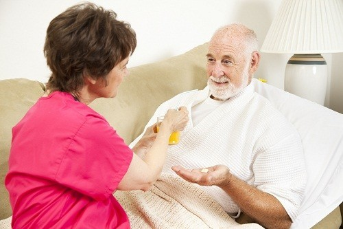 Người bệnh có thể được điều trị bằng thuốc và các loại thuốc thường được sử dụng là thuốc giảm đau, kháng sinh, thuốc kháng viêm corticosteroid.