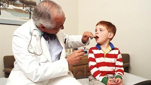 Khi trẻ có bệnh cần đưa trẻ đến các cơ sở y tế để được khám và dùng thuốc đúng.