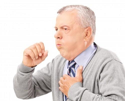 Ho, thường có đờm, đờm màu xanh lá cây hoặc lẫn máu có thể là triệu chứng của viêm phổi do vi khuẩn.