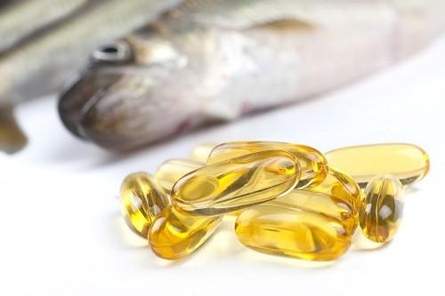 Dầu cá, giàu axit béo omega-3, có khả năng giúp giảm đau và sưng khớp.