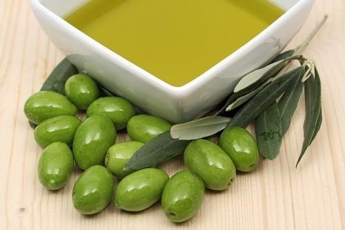 Chọn các loại thực phẩm giàu chất béo tốt cho sức khỏe tim mạch, chẳng hạn như dầu ô liu.