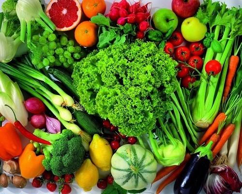 Rau lá xanh và ớt đỏ cung cấp đầy đủ cả vitamin A và C.