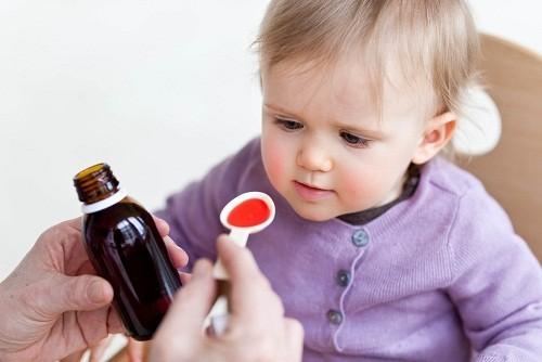 Viêm tiết niệu ở trẻ nhỏ thường được điều trị bằng thuốc kháng sinh.