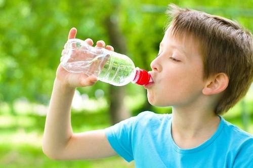 Cha mẹ nên cho trẻ uống nhiều nước.