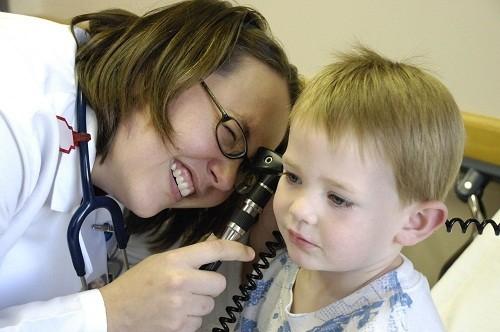 Tốt nhất là tới bệnh viện để được kiểm tra và tư vấn điều trị hiệu quả nhằm làm giảm nguy cơ nhiễm trùng thứ cấp.