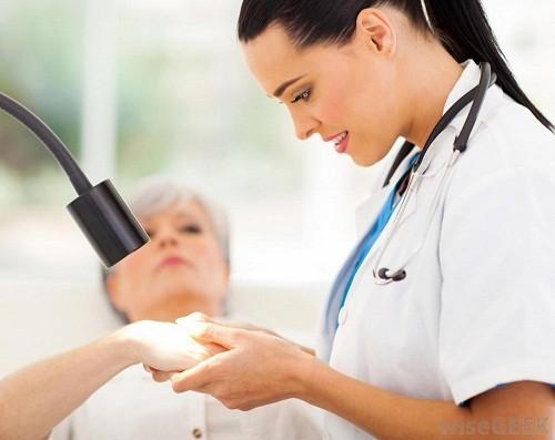 Khi nghi ngờ bị chàm tổ đỉa, nên tới bệnh viện để được kiểm tra và tư vấn điều trị.
