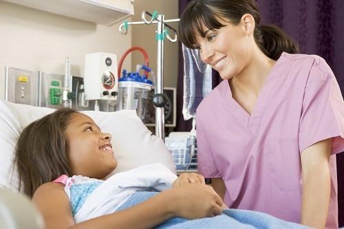 Trẻ cần được theo dõi chặt chẽ các tác dụng phụ có thể xảy ra trong quá trình điều trị.
