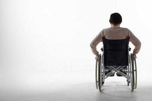 Nguy hiểm nhất là người bệnh có thể bị tàn phế suốt đời do bị liệt trong trường hợp đĩa đệm thoát vị chèn ép tủy cổ.