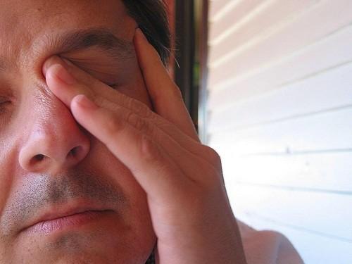 Khô mắt có thể gây khó chịu, gây ngứa hoặc rát ở mắt.
