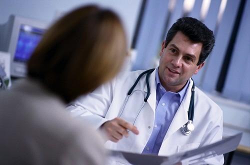 Để hạn chế những biến chứng nguy hiểm có thể xảy ra, khi phát hiện có các dấu hiệu nghi ngờ viêm đường tiết niệu, người bệnh nên nhanh chóng tới bệnh viện để được kiểm tra và điều trị.