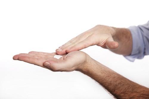 Người bệnh cũng có thể dùng thuốc bôi tại chỗ kết hợp với thuốc uống.