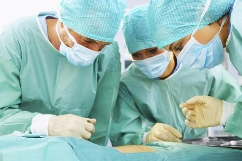 Phẫu thuật là cách chữa đau nhức xương cụt không phổ biến và chỉ được áp dụng khi các phương pháp điều trị khác đã thất bại.