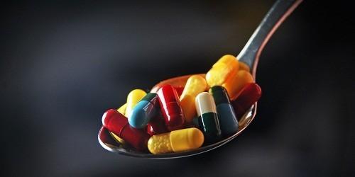 Sử dụng thuốc là một trong những cách chữa viêm khớp phổ biến nhất.
