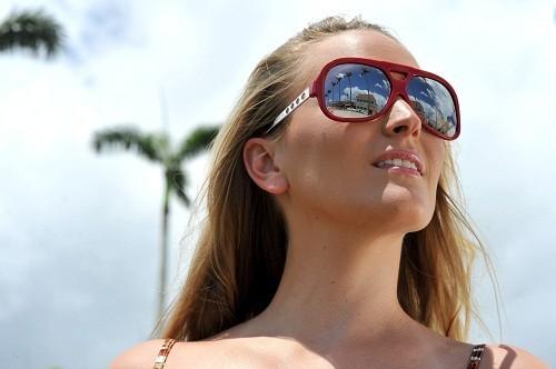 Để bảo vệ đôi mắt và vùng da quanh mắt khỏi những tác động tia cực tím của mặt trời (UV), nên đeo kính râm mỗi khi ra ngoài.