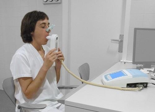 Các xét nghiệm chức năng phổi được thực hiện để hỗ trợ chẩn đoán khí phế thũng.