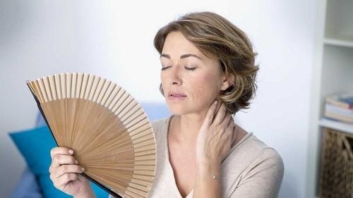 Một trong số các triệu chứng điển hình của mãn kinh là cảm giác nóng bừng mặt.