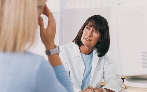 Chẩn đoán migraine dựa vào triệu chứng lâm sàng, tiền sử bệnh, kiểm tra thể chất và thần kinh.