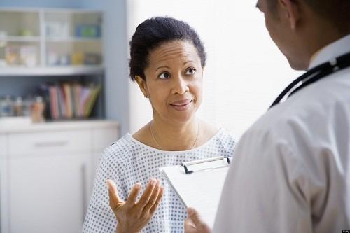 Khi phát hiện có các triệu chứng nghi ngờ ngộ độc thức ăn, cần nhanh chóng tới bệnh viện để được kiểm tra và thực hiện các xét nghiệm chẩn đoán ngộ độc thức ăn.