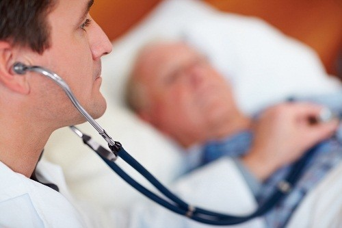 Bác sĩ có thể sẽ nghe được âm thanh bất thường ở phổi qua ống nghe.