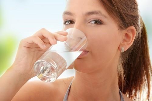 Lượng chất lỏng một người cần uống phụ thuộc vào thời tiết và mức độ hoạt động của người đó.