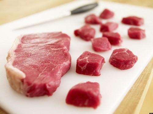 Những người có sỏi acid uric nên hạn chế tiêu thụ thịt.