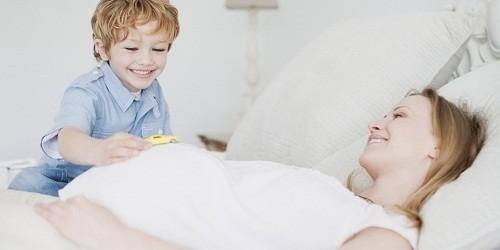 Người mẹ nên dành thời gian nghỉ ngơi, thư giãn, ngủ đủ giấc để hạn chế tình trạng đau đầu khi mang thai.