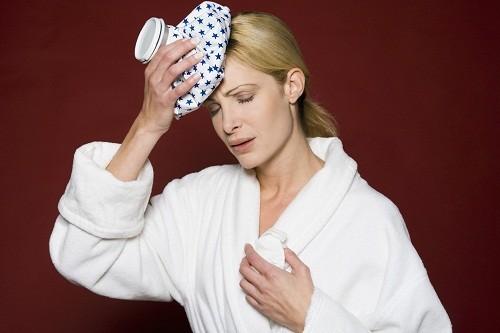 Dùng khăn lạnh đắp lên tránh giúp giảm đau đầu, đặc biệt là với những người mắc chứng đau nửa đầu.