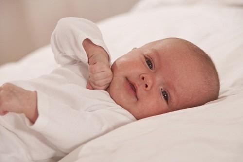 Khi trẻ có dấu hiệu đau mắt đỏ, cần nhanh chóng đưa trẻ tới bệnh viện để được khám và điều trị kịp thời.