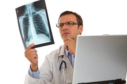 Để hạn chế những biến chứng nguy hiểm, người bệnh cần nhanh chóng tới bệnh để kiểm tra và tư vấn điều trị kịp thời khi phát hiện có các dấu hiệu viêm phổi.