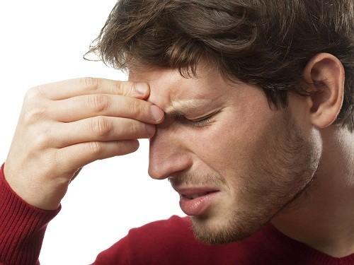 Viêm mũi dị ứng có thể khiến người bệnh hắt hơi, ngứa, nghẹt mũi, chảy nước mũi.