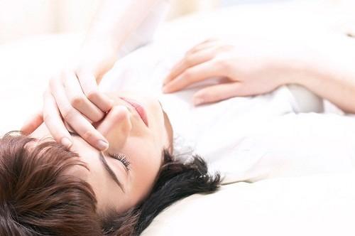 . Ngưng thở khi ngủ là sự gián đoạn tạm thời của hơi thở trong khi ngủ, có thể dẫn tới thiếu oxy máu và liên quan đến ngủ ngày quá nhiều.