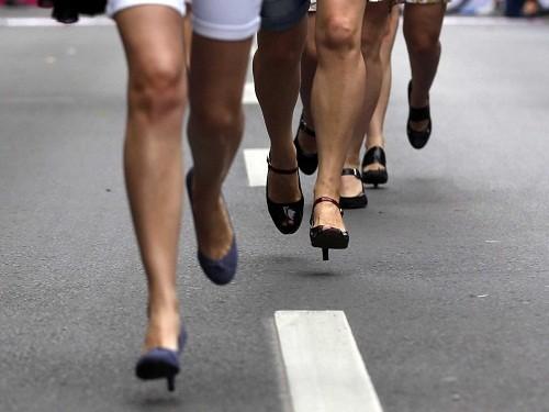 Để hạn chế bớt các tác hại của giày cao gót đối với sức khỏe đôi chân, bạn nên hạn chế tối đa việc đi giày quá cao.