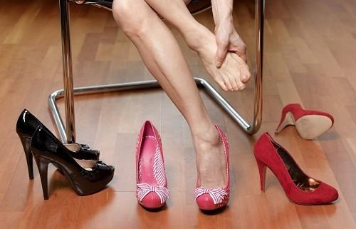 Đi giày cao gót có thể gây phù, đau và biến dạng bàn chân, lỏng lẻo khớp cổ chân hay khớp cổ chân bị thoái hóa sớm, mọc gai xương gót.