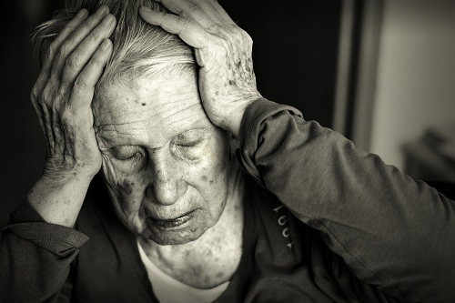 Alzheimer là bệnh thoái hóa não bộ không hồi phục, đặc trưng bởi sự suy giảm về nhận thức, hành vi và khả năng thể chất nghiêm trọng ảnh hưởng tới cuộc sống hàng ngày.