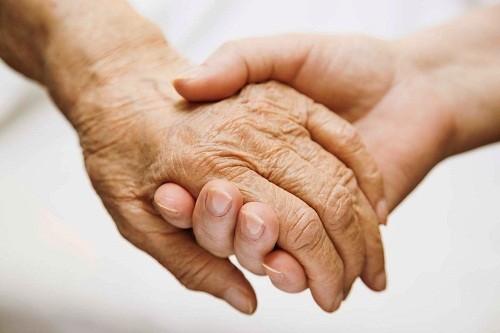 Điều trị các triệu chứng hành vi giúp bệnh nhân Alzheimer cảm thấy thoải mái hơn và người nhà cũng thuận tiện hơn trong việc chăm sóc.
