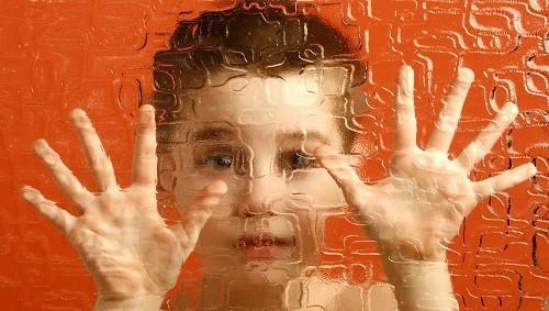 Tự kỷ hay còn được gọi là rối loạn phổ tự kỷ (ASD) là một khuyết tật được hình thành bởi những sự khác biệt trong não bộ.