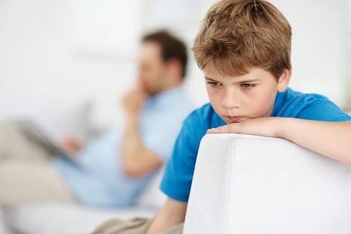 Trẻ tự thu mình, không quan tâm đến người khác, không thích chơi chung với trẻ cùng tuổi.