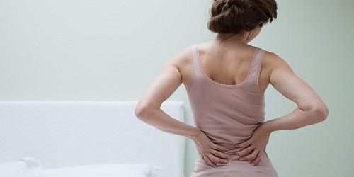 Triệu chứng phổ biến nhất của sỏi thận là đau lưng hoặc đau bụng dữ dội, kèm theo buồn nôn và ói mửa.