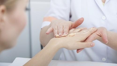 Nấm móng tay có thể được điều trị bằng thuốc bôi tại chỗ.