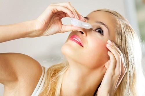 Có thể sử dụng thuốc nhỏ mắt có độ nhờn cao để bổ sung và duy trì độ ẩm cho mắt giúp giảm khô mắt trong khi mang thai.