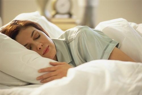 Bên cạnh việc điều trị bằng thuốc theo hướng dẫn của bác sĩ, người bệnh cũng nên dành thời gian nghỉ ngơi.