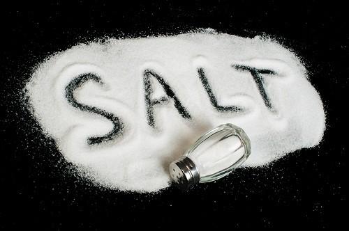 Quá nhiều muối trong chế độ ăn uống có thể gây tích nước và làm tăng huyết áp.
